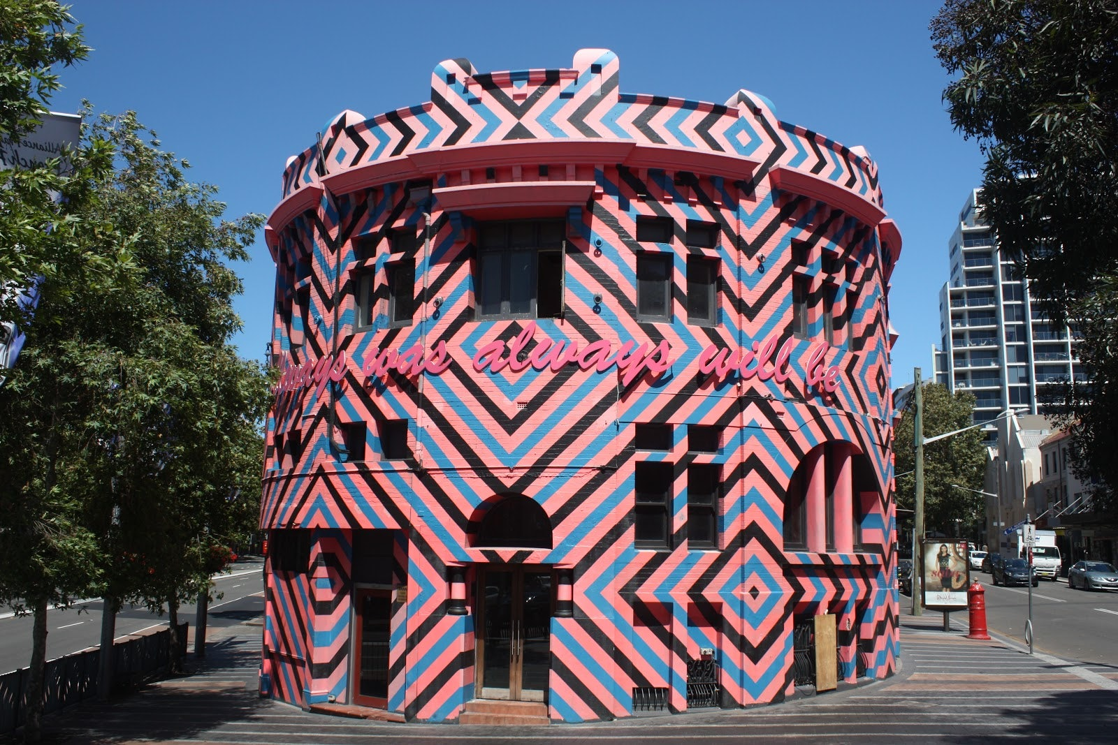 Picture of a pink building in Oxford street located close to Cambridge hotel Sydney